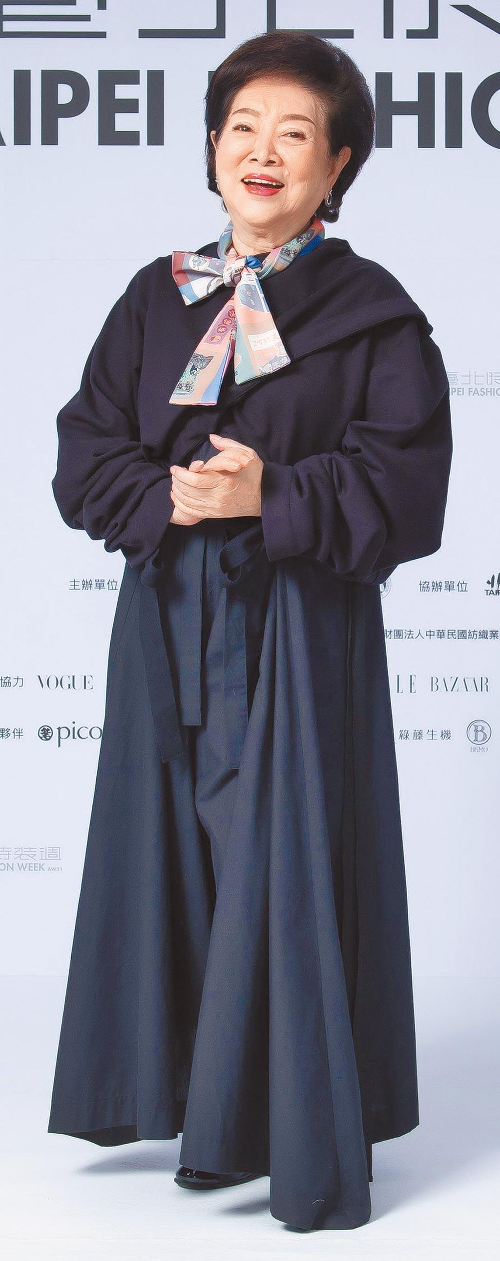 金馬影后陳淑芳出席臺北時裝週展前記者會,身穿INF的黑色修身套裝登場