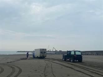 粗心貨車駕駛貪圖落日美景開入沙灘受困 林口警偕同遊客急救援
