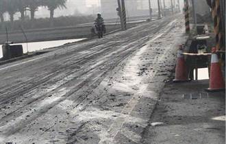 农机沿路掉土染得整条路泥泞不堪 连员警来取缔也摔跤了