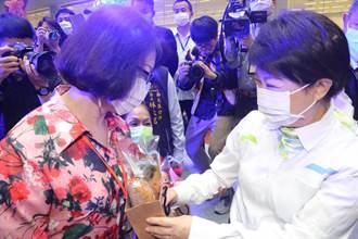 101歲阿嬤接生5000名小孩 盧秀燕頒經典女性