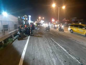 台南水泥預拌車掉落泥土 害8機車騎士打滑慘摔