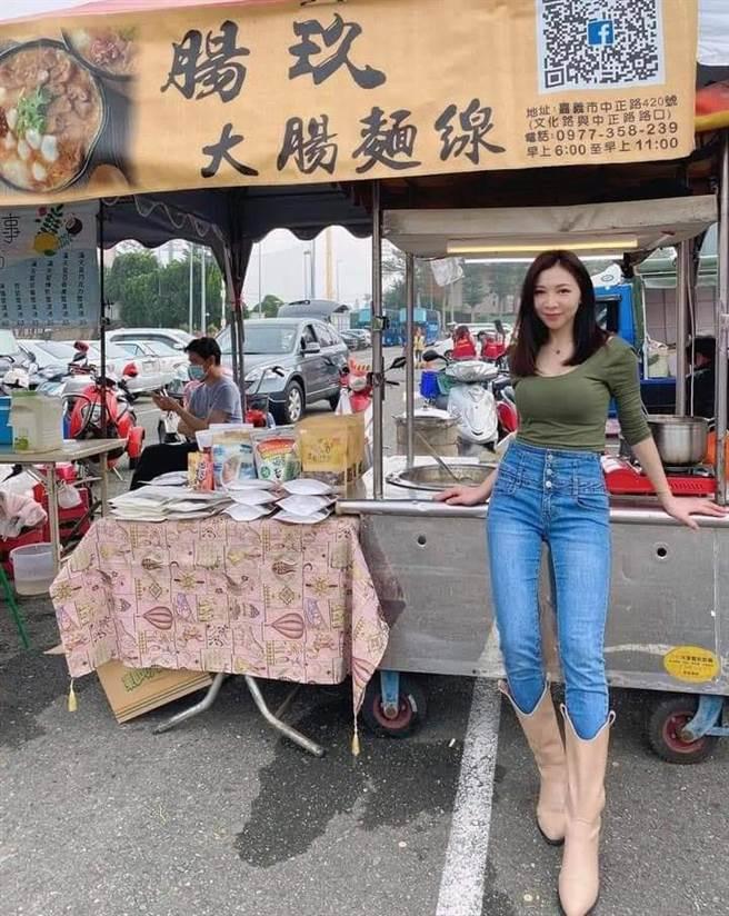 嘉义市西区一间大肠麵线摊老板娘不仅外观亮眼,还有一双逆天的大长腿。(翻摄脸书社团《蚵仔麵线神教》)