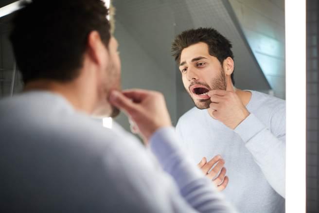 快張嘴看看!口腔裡有「破斑硬突腫」恐是癌變前兆。(示意圖/Shutterstock)