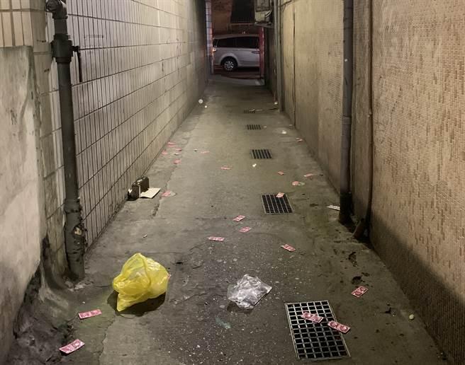 北市万华分局3日前往钻石大楼一扫应召站业者,负责人见警察上门,竟偷偷将库存保险套撒在后巷,当场被警方逮个正着。(图/警方提供)