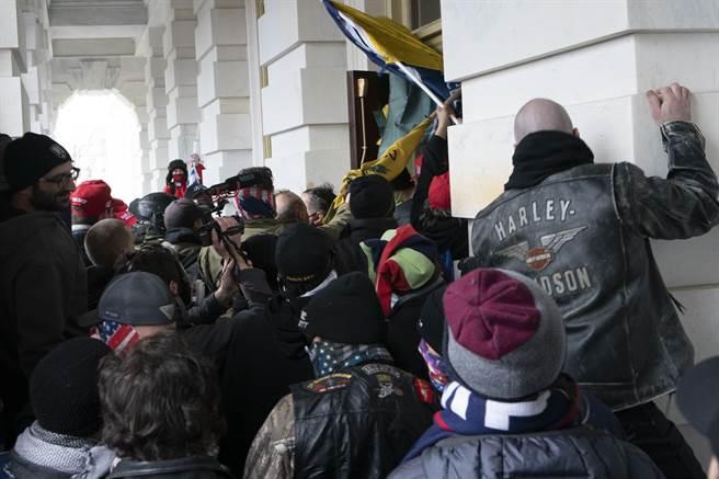 川粉1月6日試圖闖入國會大廈的畫面。(美聯社)