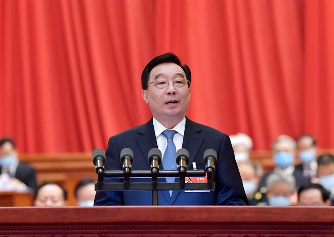 大陸全國人大副委員長王晨在全國人大開幕禮上,就有關完善香港特別行政區選舉制度的決定草案作出說明。(新華社)