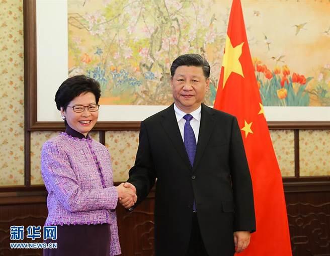 全國人大會議在北京開幕,香港特首林鄭月娥列席。北京修改香港選制,陸委會表示,這是以「愛國者治港」達成「愛黨者治港」的目的。(圖/新華社)