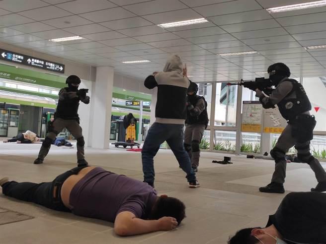 台中市警察局5日在捷運「市政府站」,舉行「反恐維安暨多重災害」演練,過程逼真。(張妍溱攝)