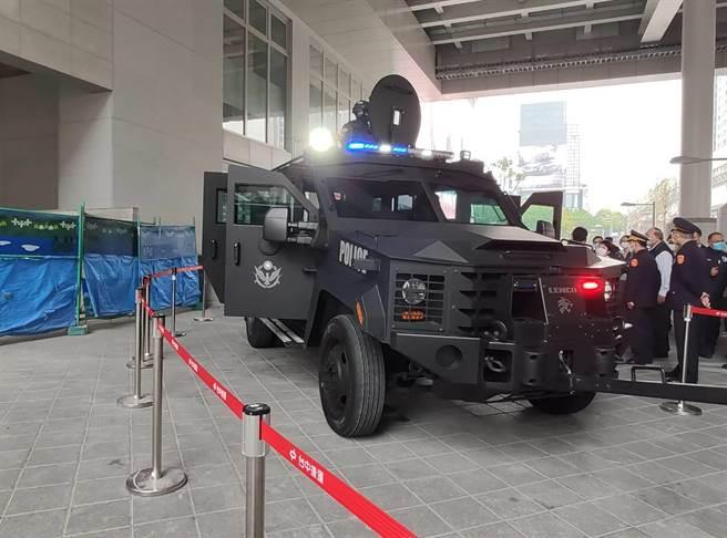 現場除展示電擊槍等配備,另警用裝甲車LENCO停放於1樓站前,吸引許多過路民眾駐足拍照。(張妍溱攝)