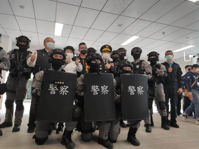 台中市警察局5日在捷運「市政府站」,舉行「反恐維安暨多重災害」演練,做通車前最後整備。(張妍溱攝)
