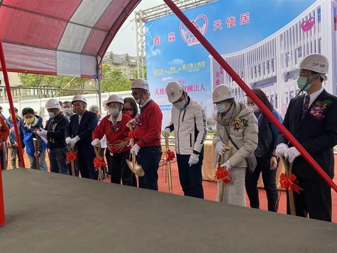 東華書局創辦人卓鑫淼的遺孀卓劉慶弟(右2,灰衣)捐助3.8億元善款建造長照大樓。(戴上容攝)