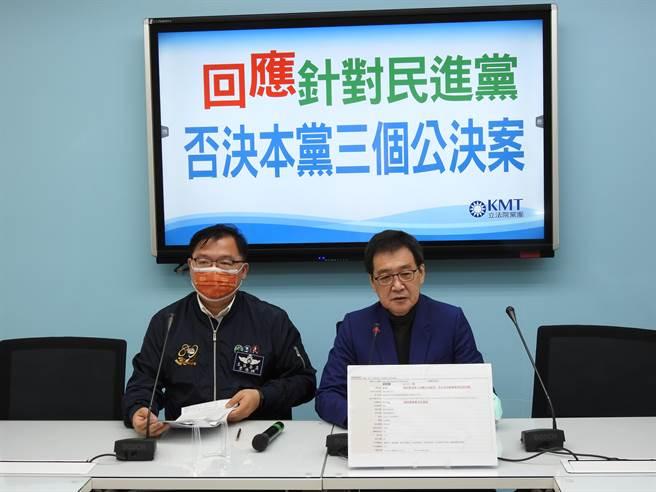 國民黨團上午舉行「回應針對民進黨否決本黨三個公決案」記者會。(趙婉淳攝)