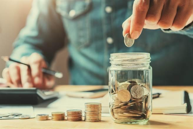 男大生努力打工,23歲就存到80萬元,網友見狀竟嗆說「那只是手續費」,百萬以上才叫作存款。(圖/Shutterstock)