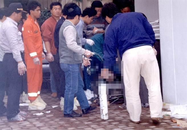 1996年11月21日,時任桃園縣長劉邦友官邸內發生震驚社會的血案,共計8人命喪黃泉,當時大批警消湧入官邸救援。(圖/中時資料照)