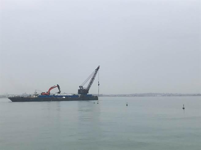 水廠說明,目前已緊急在浮管佈設警示設施,並通知交通部航港局發布礙航公告,避免影響往來船隻及海管安全。(金門自來水廠提供)