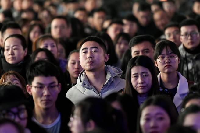 人口学者易富贤认为,中国人口的转折点出现在2012年,经济成长也在同一年减速,未来不只2028年经济总量超越不了美国,反而会在2035年出现经济增速低于美国的现象。(图/中新社)