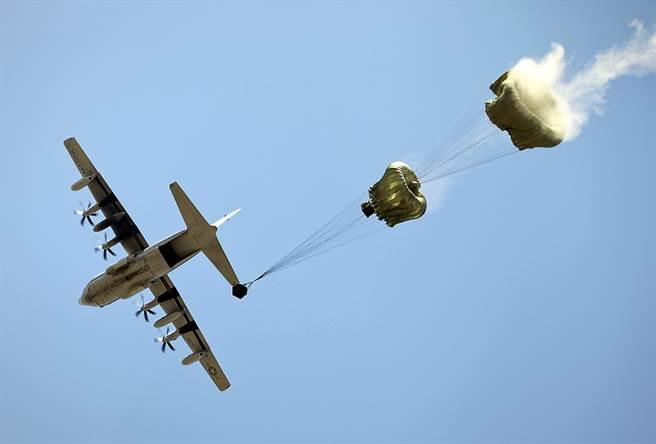 为牵制中国大陆,驻日美军原定2月于钓鱼台海域进行补给演训。图为美军C-130运输机空投物资。(图/DVIDS)