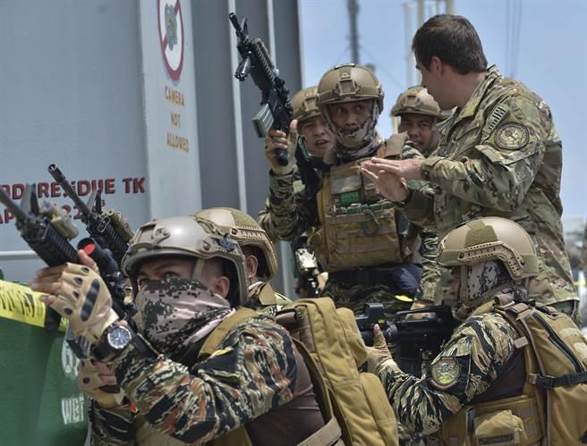 美國國防部開出軍事援助清單,希望繼續維持與菲律賓的國防合作關係。圖為美海岸防衛隊指導菲軍官兵如何進行臨檢、登船與扣押(VBSS)。(圖/DVIDS)