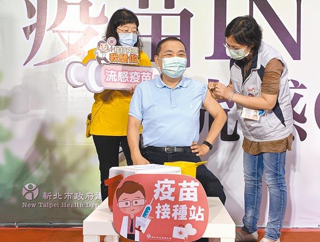 新北市長侯友宜4日指出,當民眾對疫苗有疑慮時,政府首長一定要率先施打安頓民心。圖為去年10月公費流感疫苗開打,侯友宜帶頭施打。(本報資料照片)