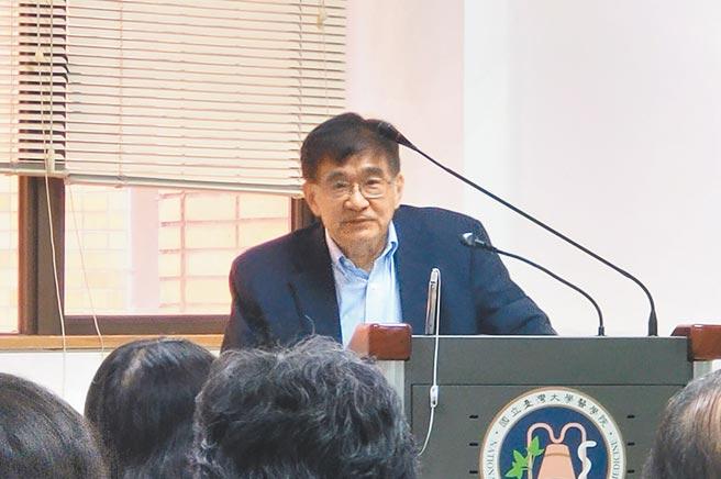 中研院院士吳仲義昨在台大醫學院演講,表示因應新冠疫情,當務之急應是推出有效治療方案,才是權宜之計。(李侑珊攝)