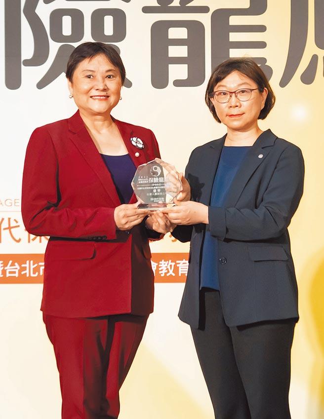 保險龍鳳獎殊榮由台壽副總經理高鶯娟(左)代表領獎,右為保險局副局長王麗惠。(台壽提供)