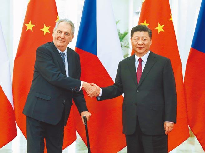 捷克總統府發言人奧夫恰切克3日表示,捷克已向中國求助提供國藥集團新冠疫苗,而中國也立刻答應了捷克的請求。左為捷克總統齊曼。(新華社)
