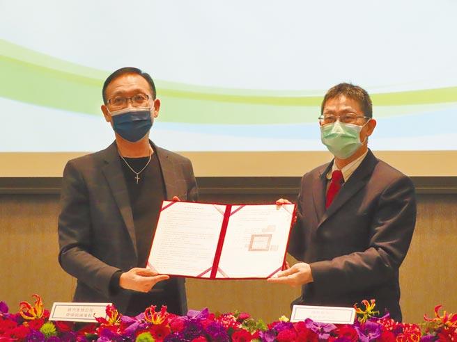 普力生技與國防醫學院簽署產學防疫研發合作,並捐贈公司產品與研究設備。(葉德正攝)