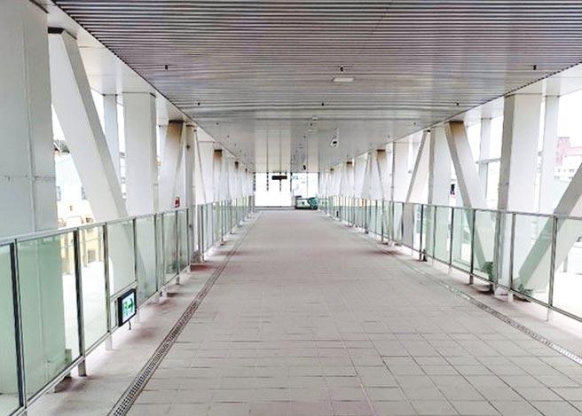 台中捷運公司即日起開放綠線烏日站、九德站天橋供民眾通行。(中捷公司提供/林欣儀台中傳真)