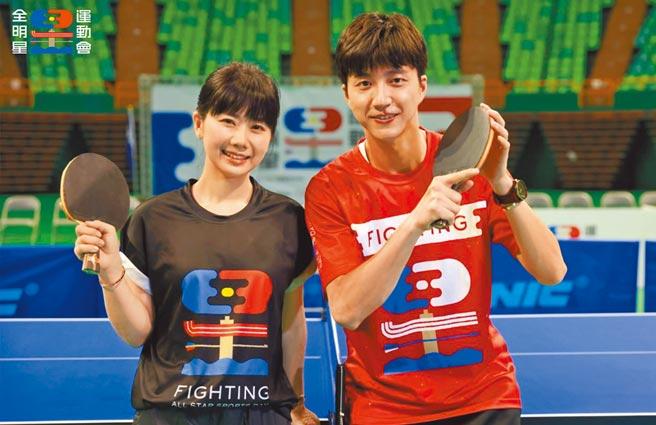 圖為江宏傑(右)曾在《全明星運動會》與福原愛同台較勁桌球。(摘自臉書)