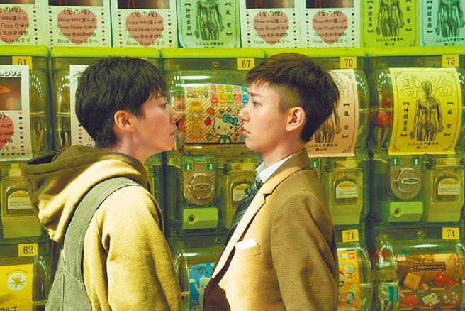 郭雪芙(右)、謝沛恩在片中談情說愛,充滿粉紅泡泡。(双喜電影提供)