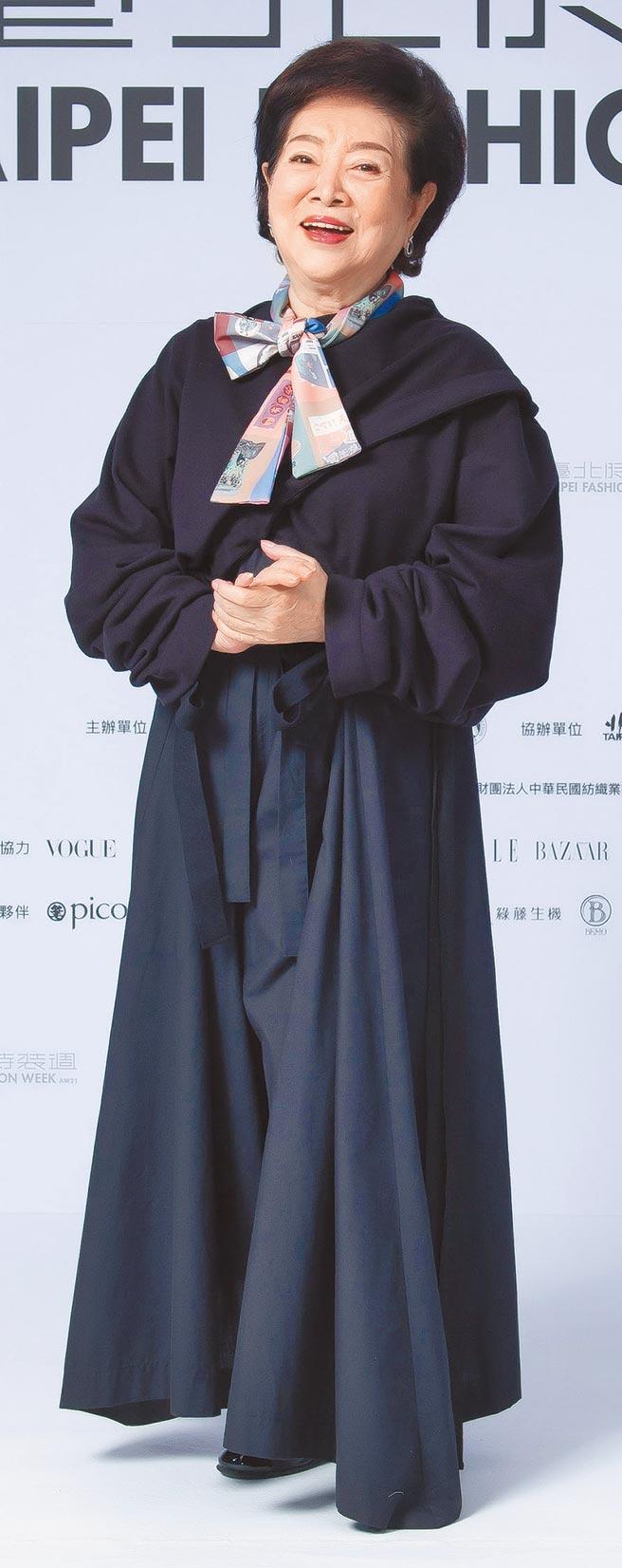 金馬影后陳淑芳出席臺北時裝週展前記者會,身穿INF的黑色修身套裝登場。(臺北時裝週提供)