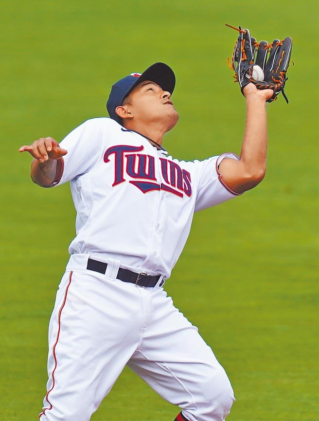 林子偉熱身賽擔任先發三壘手,在第2局接殺紅襪打者擊出的內野飛球。(路透)