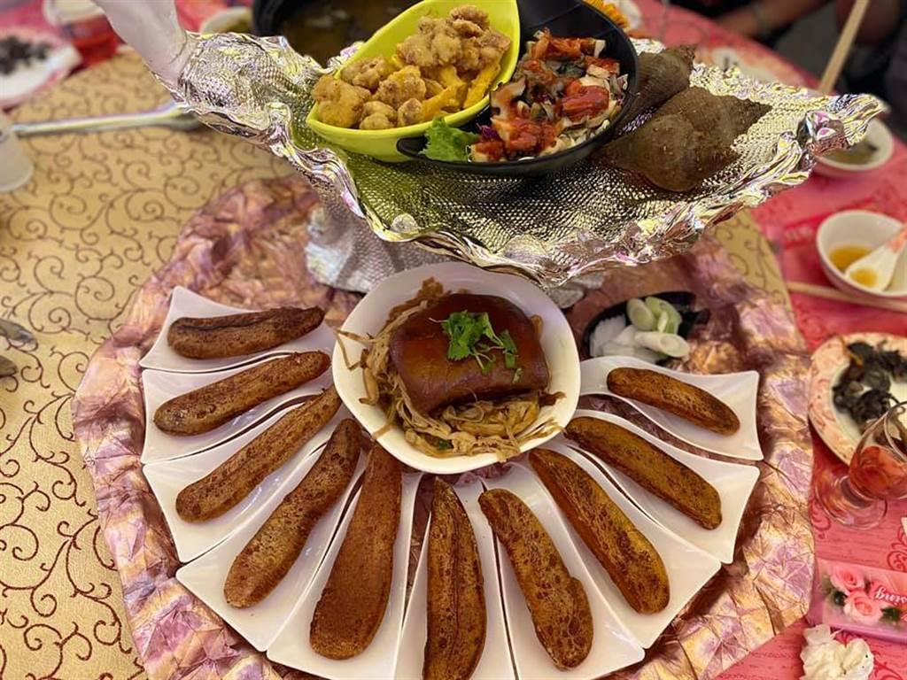 南部超狂喜宴,烏魚子直接整片上桌。(圖/翻攝自爆料公社)