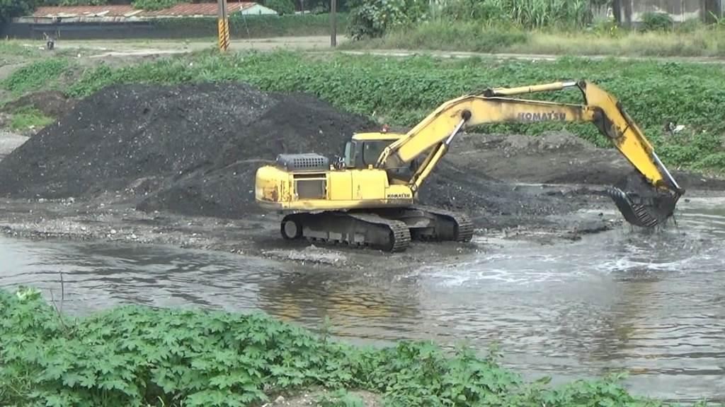 嫌犯在牛稠溪以怪手進行砂石採取。(保七總隊提供/潘建志屏東傳真)