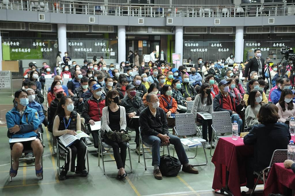 3月5日舉辦的首場更新說明會,吸引約240位住戶踴躍參加。(新北住都中心提供)
