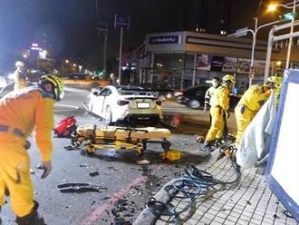 台中兩車對撞 轎車高速鏟翻小貨車 1駕駛命危