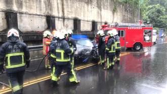 五股BMW撞貨車再撞燈桿 2人急送醫引擎又冒火狂燒