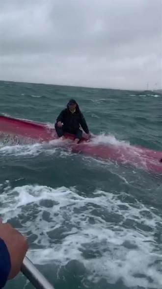 钓客出海垂钓突遭大浪打翻 幸被经过海钓船救起