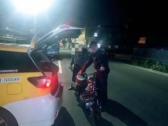 外籍男夜間電動車拋錨推車 幸遇暖警民解圍