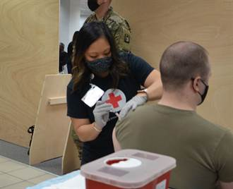 加拿大授權使用嬌生疫苗 提高輝瑞疫苗配送量