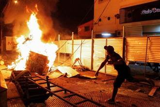 巴拉圭政府防疫不力掀暴動 首都亞松森淪為戰場