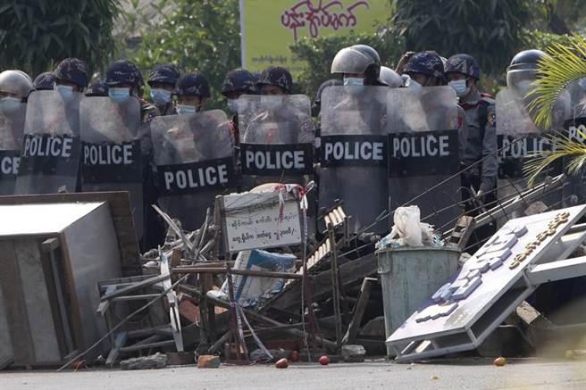 在緬甸多次發生血腥鎮壓後,傳出已有多名警察加入反對陣營的行列。圖為手持鎮暴盾的緬甸警察。(圖/美聯社)