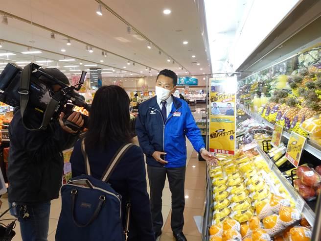 東京都板橋區舟渡的超市BELX可看到一整顆掛著「金蜜」廣告牌的台灣鳳梨。(圖/中央社)