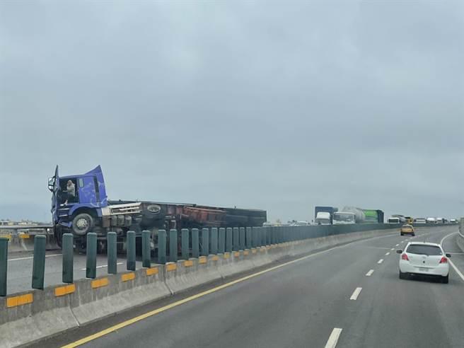 台61線,西濱快速道路南下147公里處今(6)日發生砂石車自撞翻覆,全線道目前封閉中。(圖/民眾提供)