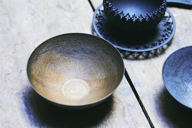 特殊釉料能讓器物表面燒結出具有特色的紋理。(圖/陳冠凱攝)