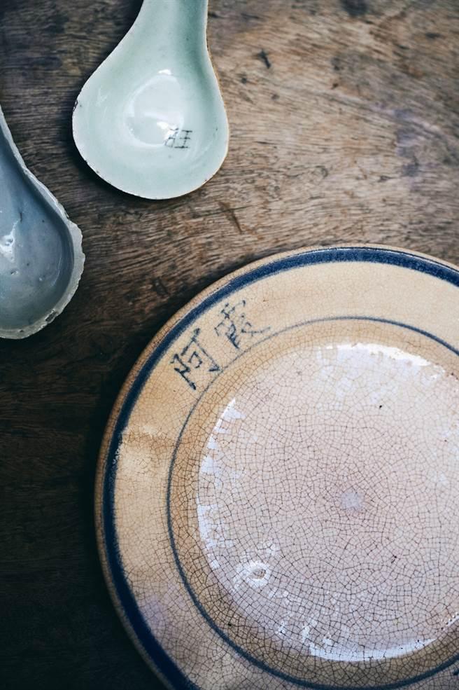 舊時食器上會直接寫上擁有者或店家的名稱,反映當時的惜物心情。(圖/陳冠凱攝)