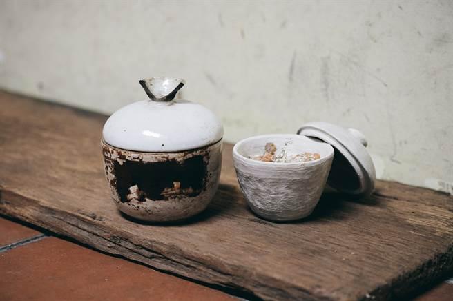 「地衣荒物」的熱賣商品「中藥陶罐蠟燭」(右),造型靈感來自傳統中藥罐(左)。(圖/陳冠凱攝)