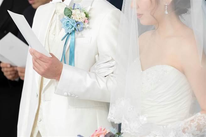 有些星座男婚前像孩子一樣,沒有任何責任感,但結婚以後,他們也意識到家的重要,一肩扛起養家的重責。(示意圖/達志影像)