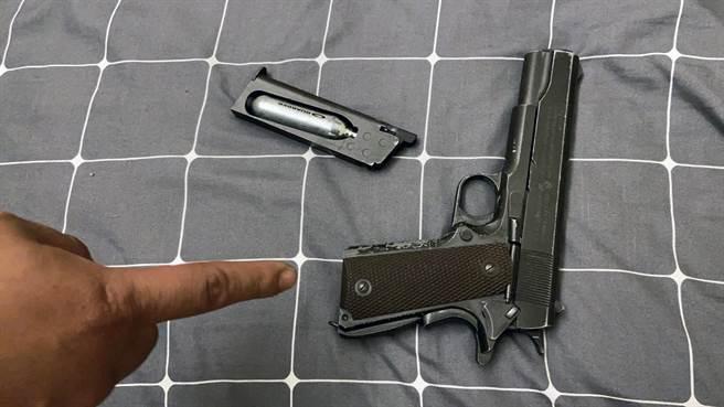 阮姓男子被殺傷後,警方逮獲犯嫌時,曾起出一把空氣槍。(讀者提供/洪榮志台南傳真)