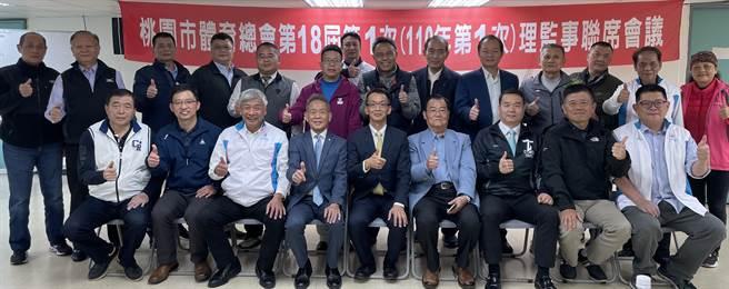 桃園市體育會改制總會,新科理事長葉俊毅(中)帶領所有理監事與幹事部合影留念。(桃園市體育總會提供)